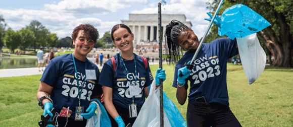 GW first-year students pick up trash on the National Mall
