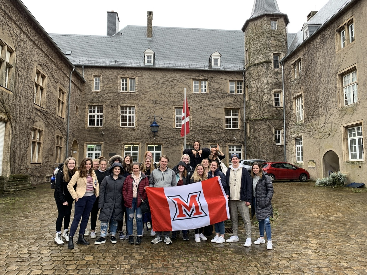 Class picture in front of the Château