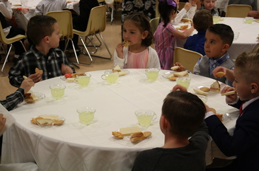 Thunder Mt. kindergarten students dining