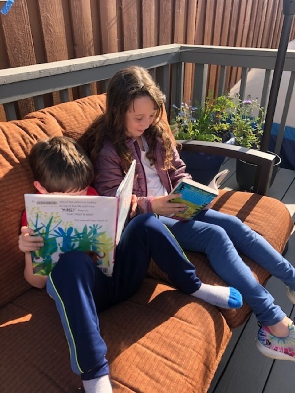 kids on couch reading