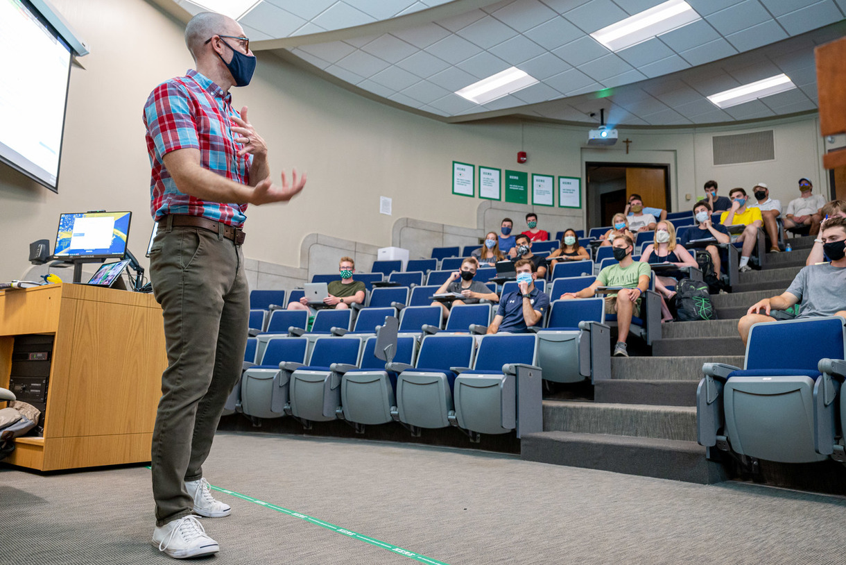 Mendoza College of Business faculty member Jason Reed teaches an undergraduate business class in Haggar Hall on the first day of classes, fall 2020.