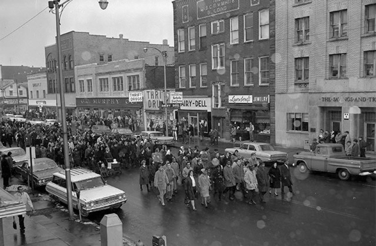 Hundreds marching on Philadelphia Street toward Indiana courthouse in 1965