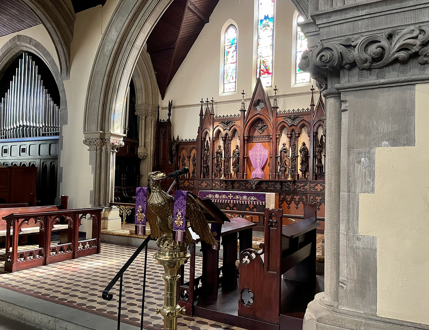Lenten lectern and altar fall 2021, with organ in the background