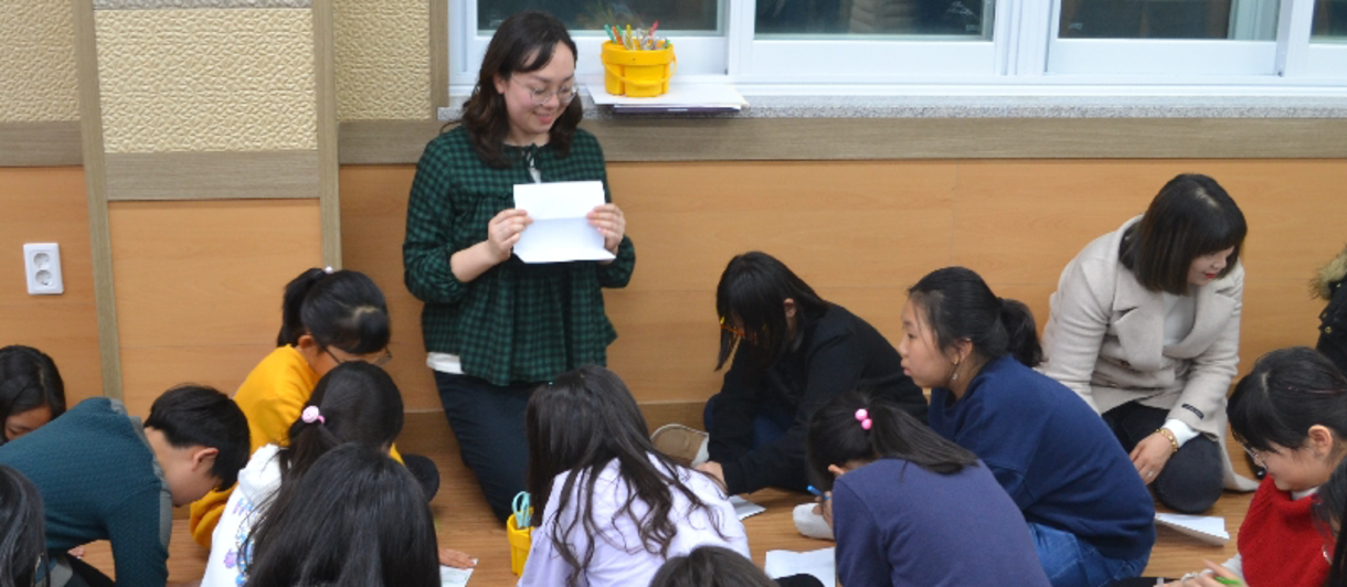 Sarah Berg teaching English to South Korean students during her Fulbright
