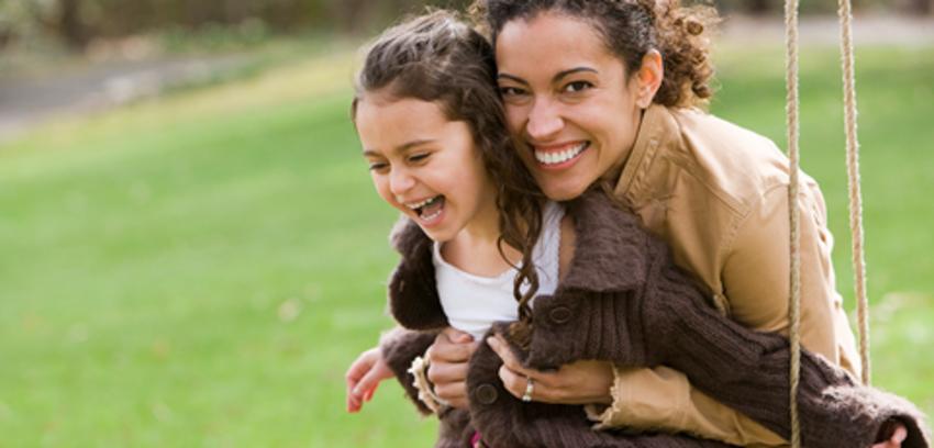 Mamá e hija comparten un columpio, enlace para suscribirse al boletín familiar de la biblioteca
