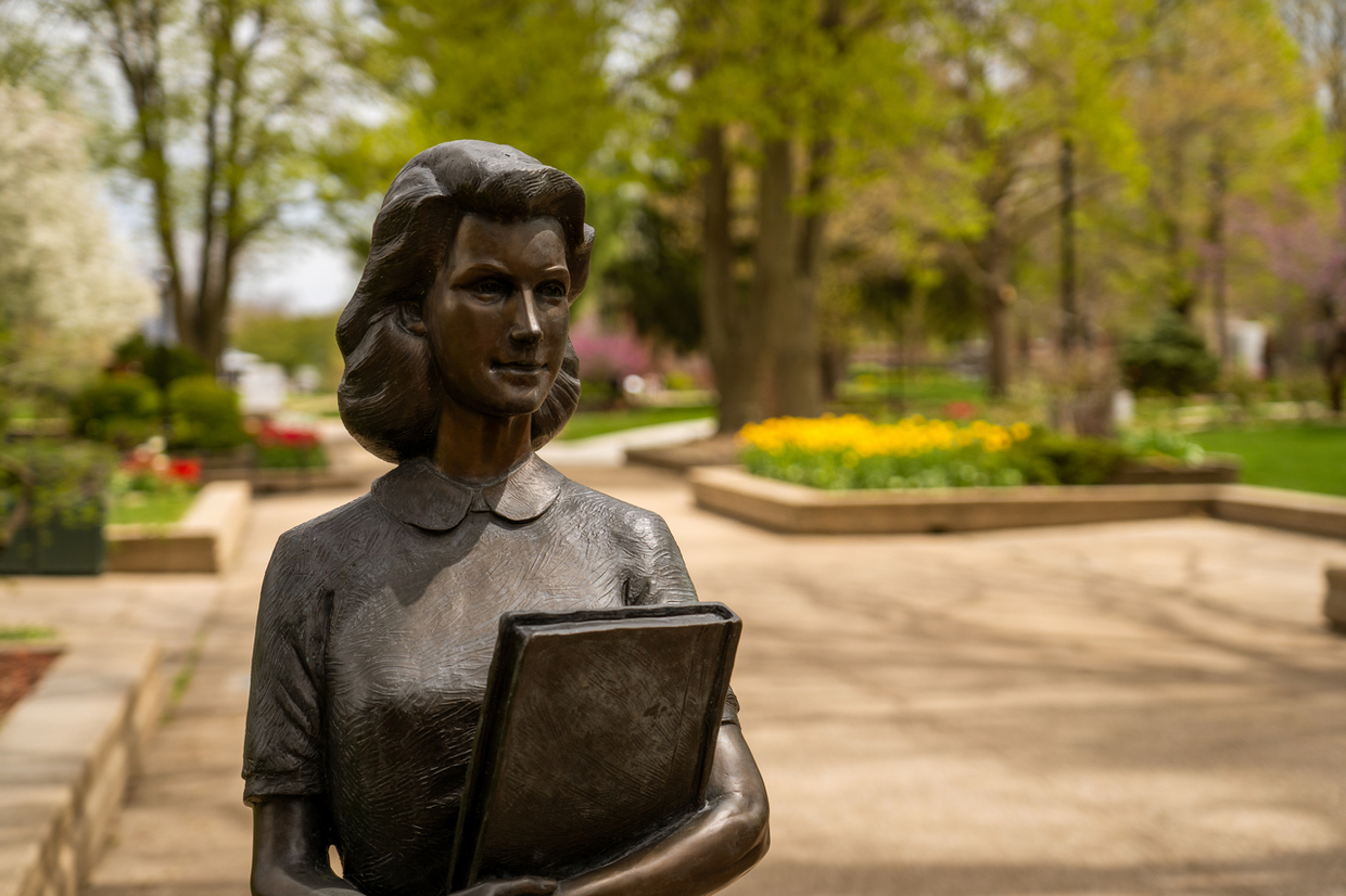 Photo of the Mavis Geisler statue on Central College's Peace Mall